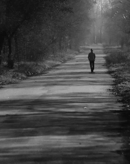 hombre caminando solo gif
