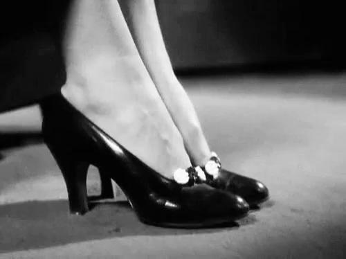 amanda tapping feet